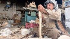 غانم يمتهن النجارة منذ 70 عاماً