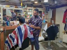 Amir kendisi gibi göçmenlerin saçını ücretsiz tıraş ediyor