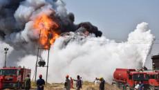 اشعلته صاعقة.. 23 فريقا من الدفاع المدني يحاولون اطفاء حريق بمصفى الگيارة