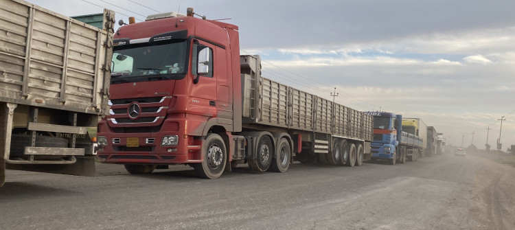 احتجاجا على التوقيتات الجديدة.. <br>العشرات من سائقي الشاحنات يغلقون طريق الموصل ـ اربيل