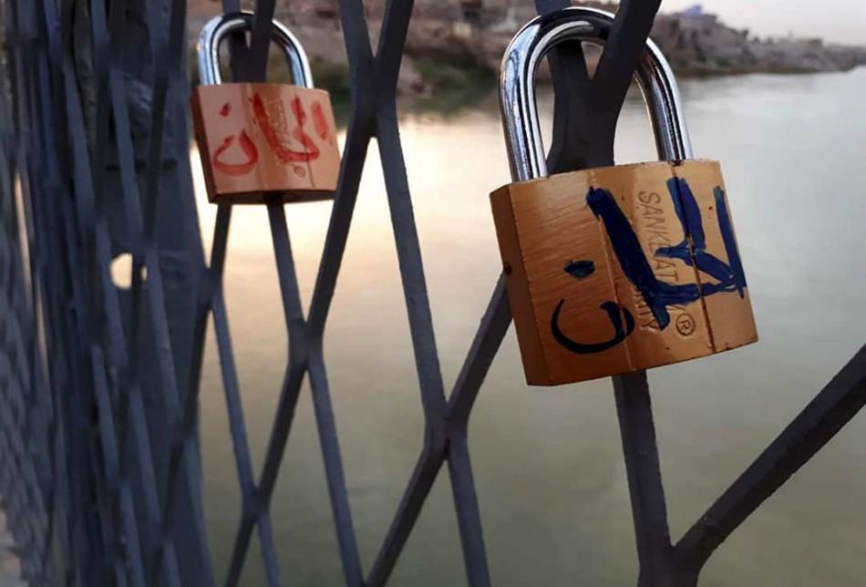 Eski bir köprüde yeni aşk gelenekleri