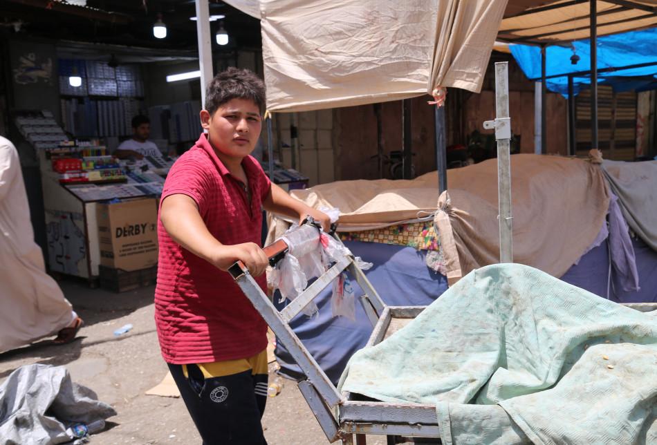إسمي عزوز عزالدين، عمري 15 سنة، أخرج يومياً من المنزل منذ الساعة الثامنة صباحاً وأقوم بنقل بضائع المواطنين في شارع صلاح الدين (خان التمر)، في بعض الأيام أحصل على ستة آلاف دينار.