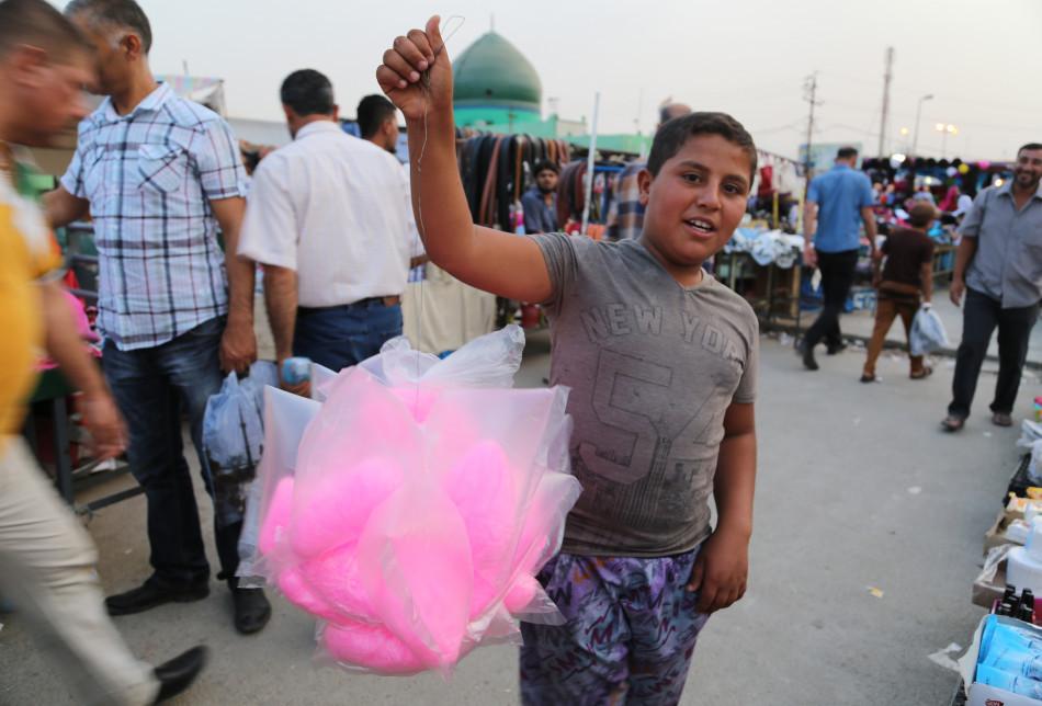 Kerkük, 1 Haziran 2021,Kerkük'te kurulan bir pazarda, bir çocuk pamuk şeker satıyor. Fotoğraf: Karwan Salihi