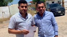 Kerkük'teki KirkukNow muhabiri Dıbız'deki bir mahkemenin önünde duruyor
