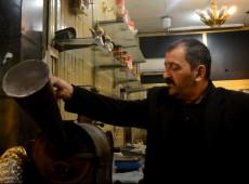 أقدم صانع قهوة في الموصل يُصّر على مواصلة مهنته