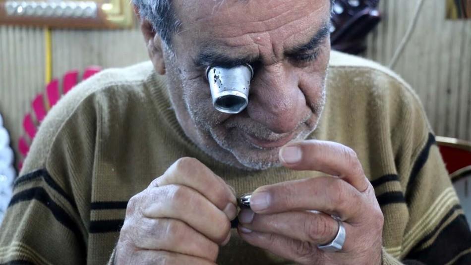 عادل لا يرغب بارتداء الساعات .. لكنه يتفنن بتصليحها وتزيين معاصم الناس